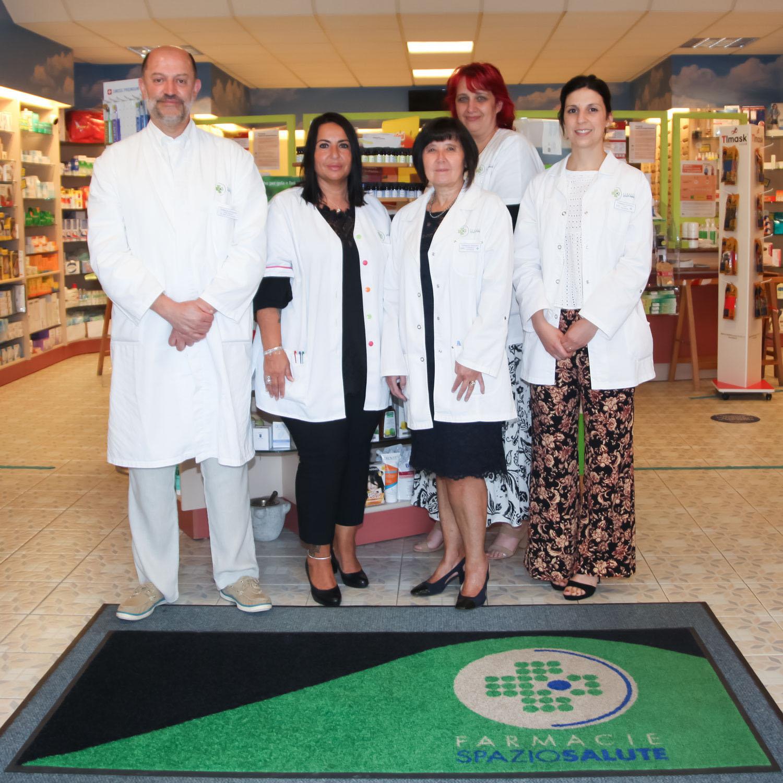 farmacia-giardino-coldrerio-foto-team-luglio-2021-home-page-©-aimaproject-agenzia-di-comunicazione-lugano